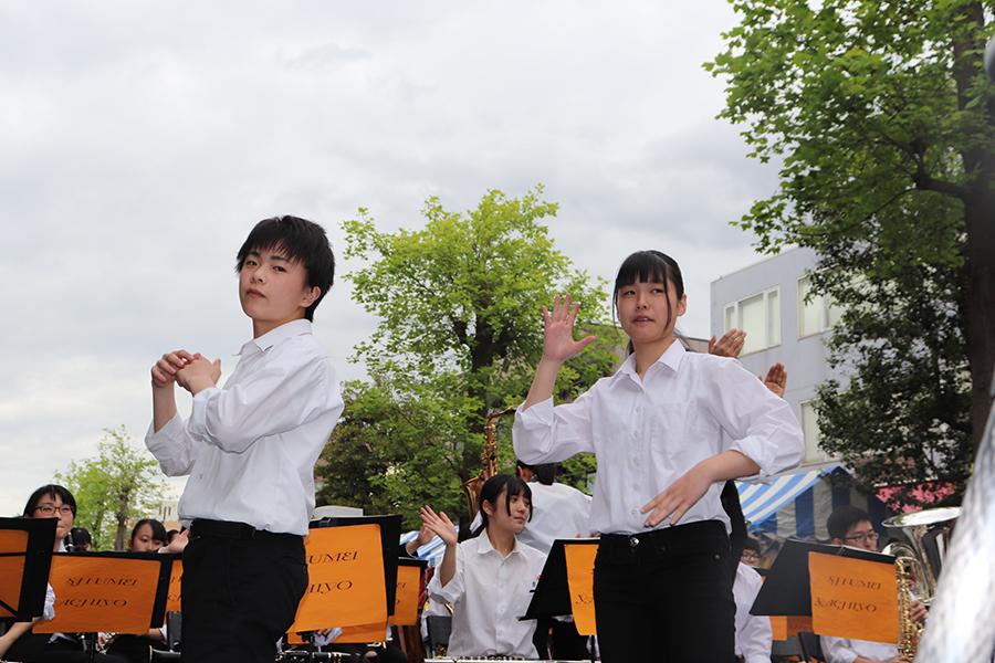 吹奏楽部とダンス部が「つつじ祭り」で熱演