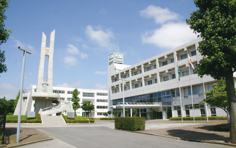 秀明大学の外観写真です。
