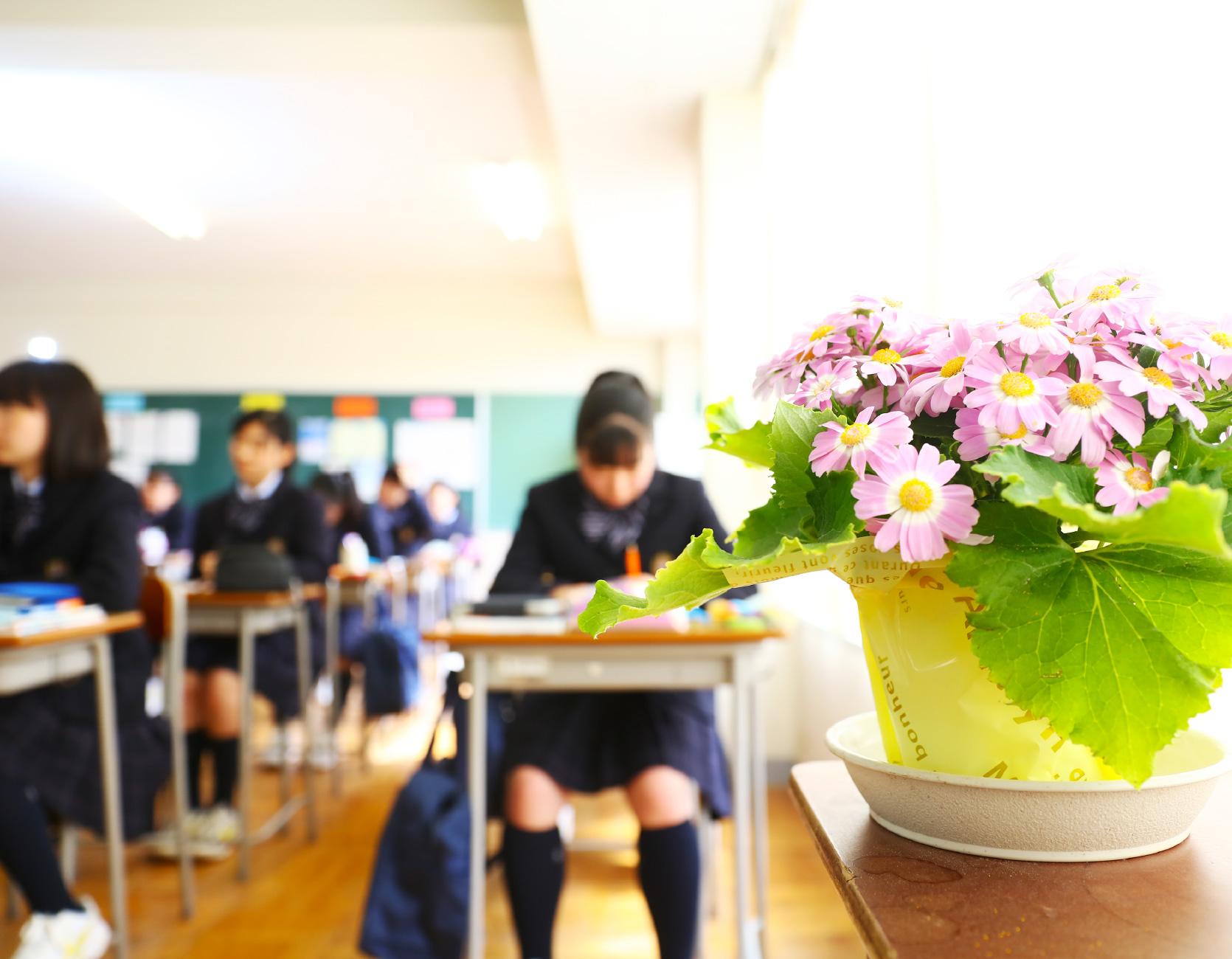 生徒全員で給食を食べているイメージ写真